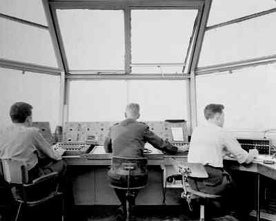 Bemanning verkeerstoren op een Klu vliegbasis tijdens de Koude Oorlog.