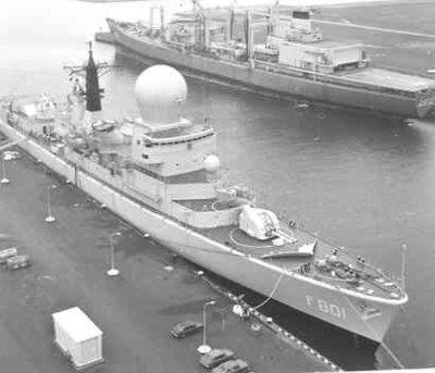V.l.n.r. het fregat Hr.Ms. Tromp (1975-1999) en het bevoorradingsschip Hr.Ms. Zuiderkruis (1975-) in de haven van Den Helder.