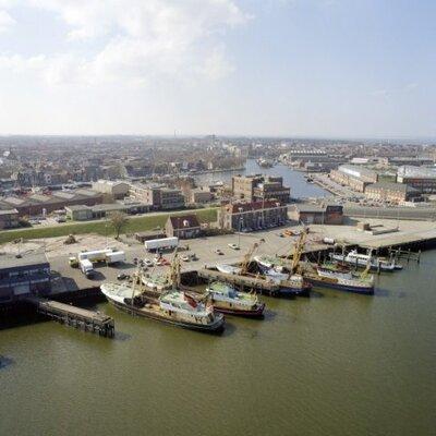 Luchtopname van een deel van de haven van Den Helder (maart 1990).