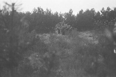 Militairen oefenen op het Prinses Julianakamp te Kijkduin, waar het Indisch Instructie Bataljon (IIB) gehuisvest was. Dit bataljon leidde militairen op, die naar           Nederlands-Indië werden uitgezonden.