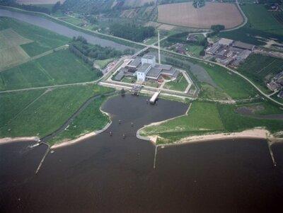 Luchtfoto van de kerncentrale te Dodewaard, gelegen aan de noordelijke Waaloever.<br>
