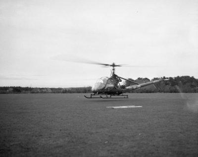 Commandant CLO bëedigt 26 officieren. Plechtigheden op 8 november 1957 op de vliegbasis Deelen. Commodore-waarnemer (C-CLO) W. den Toom neemt de eed af van 26 nieuw benoemde           officieren.Hier de aankomst van commodore Den Toom per Hiller Helikopter.