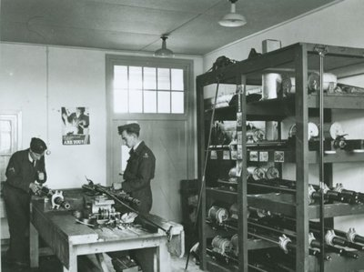 Technici aan het werk in één der werkplaatsen van de Luchtstrijdkrachten in Gilze-Rijen.