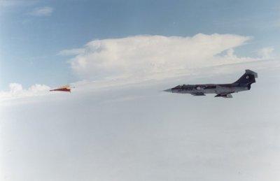 Een Lockheed F-104G Starfighter van 322 Sqn vliegt achter een gesleept doel.