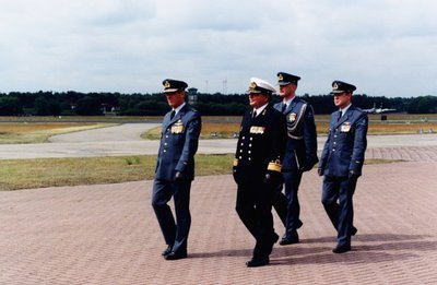 In de aanloop van de toespraak door de Bevelhebber der Luchtstrijdkrachten, luitenant-generaal-vlieger B.A.C. Droste ter gelegenheid van de jaarlijkse herdenking van           overleden luchtmachtpersoneel, loopt een delegatie met de BDL naar de ceremonieplaats. Naast de BDL Lgen Droste loopt de IGK Vice-admiraal J.L.A. van Aalst.