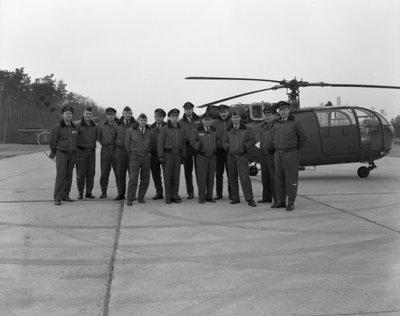 Groepsfoto voor een Alouette III helikopter op de vliegbasis Deelen.