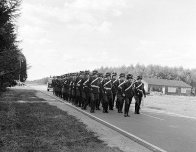 Een detachement van het Wapen der Koninklijke Marechaussee, manschappen afkomstig uit de provincies Groningen, Friesland, Drenthe en Overijssel, oefenen op de vliegbasis           Twenthe voor deelname aan de grote stoet op de derde dinsdag van September (Prinsjesdag) in Den Haag.