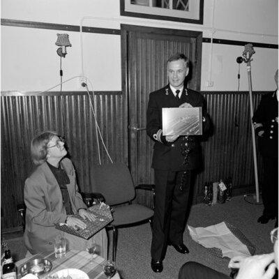 Commando overdracht van de Dienst Ontwikkeling, Sport en Ontspanning (O.S. & O.). Luitenant-ter-zee eerste klasse speciale dienst L. Bos (midden) draagt het commando           over aan zijn opvolger ltz1sd A. Mulder (uiterst rechts) in november 1989.