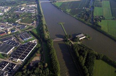 De brug over het Amsterdam - Rijnkanaal bij Nieuwegein.