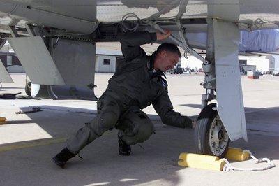 Verenigde Staten, Wichita Falls, 22 januari 2002. ©Peter Wiezoreck Op Sheppard Air Force Base in Texas worden NAVO militairen opgeleid tot vliegers. Negen NAVO-landen sturen           leerlingen en instructeurs naar deze opleiding. De opleiding bestaat uit twee fasen: de eerste fase op de eenvoudige T-37B Tweet en de vervolgfase op de geavanceerde en supersone T-38A           Talon. Als de opleiding hier met succes wordt afgesloten ontvangt de leerlingvlieger zijn vliegerwing. Foto: Luilenant-kolonel Schevers controleert zijn kist (vliegtuig) voor           vetrek.