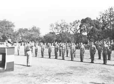 Beëdiging officieren mariniers (ook reservisten) op de Goebengkazerne te Soerabaja, 1948. Kolmarns J.A.J. de Bruyn neemt de eed af