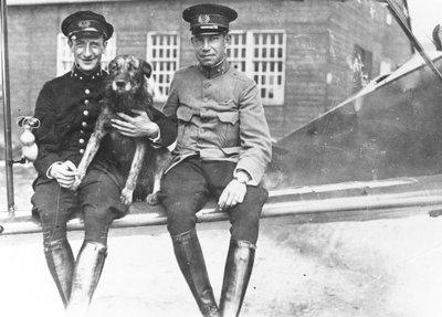 Eerste luitenant-vlieger J. Jongbloed (links) en tweede luitenant-vlieger F.H. Copes van Hasselt.