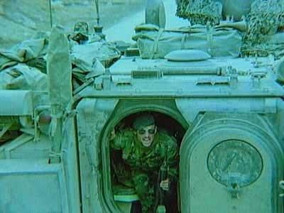 Een marinier in de deuropening van een Bandwagen/BV tijdens de IFOR missie in Bosnië, 1996