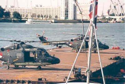 Wereldhavendagen.<br>De helikopters, Westland Lynx Mk81 (SH-14C) (1980-2006) registratienummer 276 en de Westland Lynx MK81 (SH-14C) (1980-1998) registratienummer 282           op een ponton, dat ligt afgemeerd aan de Parkkade.<br>