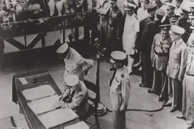 Ondertekening van de capitulatie van Japan door Luitenant-admiraal C.E.L. Helfrich (1886-1962), Commandant Zeemacht Ned-Indië aan boord van de USS Missouri in de Baai van           Tokio.