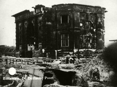 Gevolg bombardement 12 mei 1940.<br>Het gebouw Delftsche Poort aan het Hofplein.