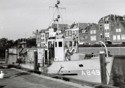 Duikvaartuig Hr.Ms. Nautilus (1965-1992) aan de kade te Hellevoetsluis, 1995
