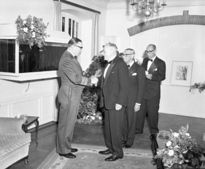 Jubileumviering 50 jaar Koninklijke Luchtmacht.Receptie in het Officierscasino te Soesterberg.Luitenant-generaal-waarnemer H.P. Zielstra (Chef           Luchtmachtstaf) begroet luitenant-kolonel b.d. H.C.E. van Ede van der Pals, generaal-majoor tit. b.d. W.C.J. Versteegh en mr. F.H. Copes van Hasselt (voorzitter Stichting Nationaal           Luchtvaartmuseum).