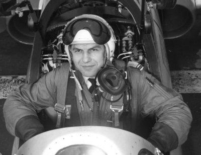 Nederlandse leerling-vliegers op de Belgische vliegbasis Brustem waar zij samen met hun collega's van de Belgische luchtmacht de Voortgezette vliegeropleiding (VVO) volgen           op de Fouga CM 170 Magister.De VVO duurt ongeveer 39 weken. Op de foto een Belgische instructeur in de voorste cockpit.