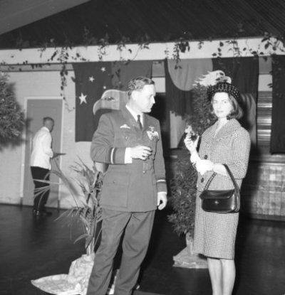 Opname van generaal-majoor-vlieger-waarnemer A.L. Cox met echtgenote t.g.v. de commando-overdracht van het Commando Tactische Luchtstrijdkrachten van generaal Cox           aan commodore-vlieger-waarnemer D. Berlijn.