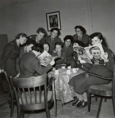 Milva's lezen het tijdschrift de Spiegel tijdens de pauze.