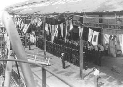 Erewacht van detachement mariniers aan boord Hr.Ms. Van Kinsbergen