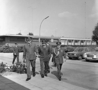 In zijn funktie van Inspecteur-Generaal van de Koninklijke Luchtmacht bezocht Z.K.H. Prins Bernhard de 12e Groep Geleide Wapens (12GGW) om zich op de hoogte te stellen van           de stand van zaken na de recente reorganisatie van de NIKE-eenheden. In de briefing-room op het Willem Versteegh Kamp te Hesepe gaf kolonel-vlieger-waarnemer R.A. Hengsdijk, commandant 12           GGW de prins een uitgebreid exposé over de huidige situatie en de toekomstige ontwikkelingen.Op de foto een deel van de officieren die de prins vergezellen bij zijn bezoek. Rechts           de adjudant van de prins, kolonel-vlieger H.J. Holthuis, 2e van rechts majoor-arts d'Hollosy, chef MGD 12 GGW.