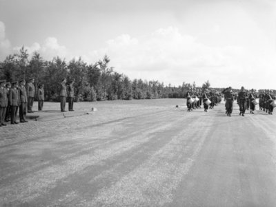 Opname van de plechtigheden op de vliegbasis Woensdrecht waar op 26 augustus 1958 het commando over de vliegbasis zal worden overgedragen door commodore-waarnemer W. de Toom           aan kolonel-vlieger W. Bakker. Tevens zal op deze dag de beëdiging plaatsvinden van 17 officieren.Op de foto de parade.