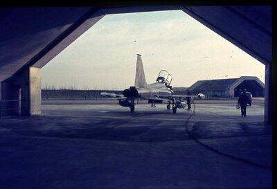 NF-5B bij het verlaten van een shelter.