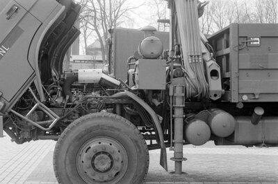Technische opname van een hydraulische unit (stempel en hijsarm) van een militaire vrachtwagen in de Centrale Werkplaats Motorvoertuigen (CTWM) in maart           1989.