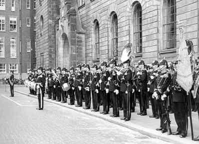 Staatsbezoek van koning Olav V van Noorwegen.<br>In de Doelstraat (gebouw rechts is het stadhuis) staat de Marinierskapel der Koninklijke Marine en het vaandel van het           Korps Mariniers met de vaandelwacht opgesteld in afwachting van de komst van de koning.<br>