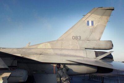 De Koninklijke Luchtmacht en de Koninklijke Marine nemen vanaf maandag 16 oktober tot vrijdag 20 oktober 2000 deel aan de jaarlijkse maritieme oefening 'Falcon Nut'. Deze           oefening, waarbij de samenwerking tussen luchtmacht en marine bij het aanvallen c.q. verdedigen van vlootverbanden wordt beoefend, vindt voor een belangrijk deel op de Noordzee plaats. Aan           de oefening doen F-16's van de Koninklijke Luchtmacht van de vliegbases Leeuwarden, Twenthe en Volkel deel. Vanaf deze laatste vliegbasis opereren ook vier Griekse F-16's. Daarnaast wordt           ook een KDC-10 tank-vliegtuig van de vliegbasis Eindhoven ingezet en zijn op de vliegbasis Leeuwarden drie speciale vliegtuigen van het Engelse bedrijf Skyline Aviation gestationeerd. Naast           vliegtuigen en helikopters van de luchtmacht en NAVO-bondgenoten, wordt aan Falcon Nut ook deelgenomen door het gevechtsleidingscentrum van de luchtmacht, het Control and Reporting Center           te Nieuw Milligen. Ten slotte worden vijf luchtmachtteams met Stinger-luchtdoelraketten, afkomstig van de Groep Geleide Wapens De Peel, geplaatst op Vlieland. De Koninklijke Marine neemt           deel met de fregatten Hr.Ms. De Ruijter, Hr.Ms. Pieter Florisz, Hr.Ms. van Speijk en het bevoorradingsschip de Hr.Ms. Zuiderkruis. De Britse en Spaanse Marine leveren een bijdrage in de           vorm van de Engelse onderzeebootjager HMS Glasgow en het Spaanse fregat SPS Extremadura. Foto: Een Griekse F-16 vlieger controleert zijn F-16 voor hij vertrekt van de vliegbasis Volkel om           boven de Noordzee aan de oefening Falcon Nut mee te doen.