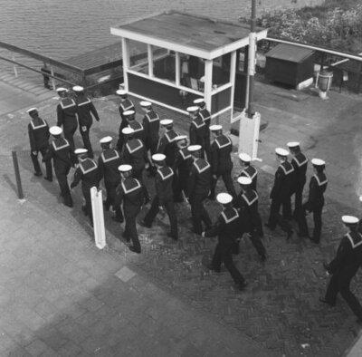 Matrozen/schepelingen op de Marinekazerne Erfprins te Den Helder.