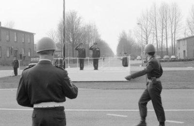 Parade ter gelegenheid van de commando-overdracht. Kolonel-vlieger-waarnemer L.W. Hansen (rechts op het podium) draagt het commando over de vliegbasis Volkel over aan           kolonel-vlieger D.J.J. Boks. (links).