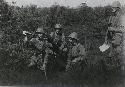 Groep militairen laadt mortier 81mm tijdens de mobilisatie 1939-1940.<br>