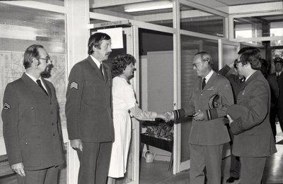 In zijn funktie van Inspecteur-Generaal van de Koninklijke Luchtmacht bezocht Z.K.H. Prins Bernhard de 12e Groep Geleide Wapens (12GGW) om zich op de hoogte te stellen van           de stand van zaken na de recente reorganisatie van de NIKE-eenheden. In de briefing-room op het Willem Versteegh Kamp te Hesepe gaf kolonel-vlieger-waarnemer R.A. Hengsdijk, commandant 12           GGW de prins een uitgebreid exposé over de huidige situatie en de toekomstige ontwikkelingen.Op de foto: Medewerkers van de MGD worden door majoor d'Hollosy, chef MGD (rechts)           voorgesteld aan de prins; v.l.n.r.: korporaal-1 Deurloo, sergeant-majoor Boll en verpleegkundige OMGD Tenge.