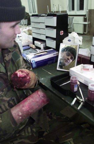 Vogelsang eo, Duitsland, 24-26 september 2002 ©Fabienne Bruys Tijdens de medische oefening Pleisterplaats was er zogenaamd een oorlog aan de gang en werd het           gewondentreintje gesimuleerd. Vanuit het gevecht werden de geschminkte militairen en LOTUSslachtoffers naar een gewondennest gebracht om vervolgens met een YPR naar een verbandhulppost           vervoerd te worden. Afhankelijk van de aard van de verwonding gingen de slachtoffers naar de verbandpost of het MOGOS (Mobiel Geneeskundig Centrum) om geopereerd te worden. Foto: ook de           schminkafdeling draaide dag en nacht door. Ze hadden alle wonden in huis, tot verloren handen toe.