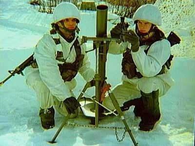 Mariniers van het Eerste Mariniersbataljon met een mortieropstelling in het veld in de omgeving van Harstad en Narvik in Noorwegen, waar de jaarlijkse koudweertraining werd           uitgevoerd, 1996