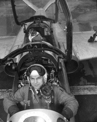 Nederlandse leerling-vliegers op de Belgische vliegbasis Brustem waar zij samen met hun collega's van de Belgische luchtmacht de Voortgezette vliegeropleiding (VVO) volgen           op de Fouga CM 170 Magister.De VVO duurt ongeveer 39 weken. Op de foto een Belgische instructeur in de voorste cockpit met in de cockpit achter een Nederlandse           leerling-vlieger.