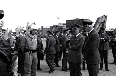In zijn funktie van Inspecteur-Generaal van de Koninklijke Luchtmacht bezocht Z.K.H. Prins Bernhard de 12e Groep Geleide Wapens (12GGW) om zich op de hoogte te stellen van           de stand van zaken na de recente reorganisatie van de NIKE-eenheden. In de briefing-room op het Willem Versteegh Kamp te Hesepe gaf kolonel-vlieger-waarnemer R.A. Hengsdijk, commandant 12           GGW de prins een uitgebreid exposé over de huidige situatie en de toekomstige ontwikkelingen.Op de foto: Demonstraties met het nieuwe brandweervoertuig.