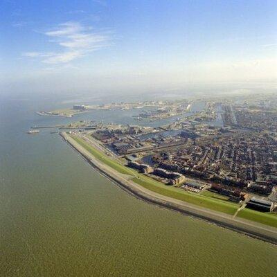 Luchtfoto van een deel van Den Helder en de haven van Den Helder (maart 1990).