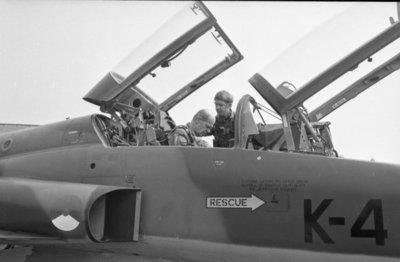 Bevelhebber der Luchtstrijdkrachten, luitenant-generaal-vlieger-waarnemer J.H. Knoop brengt een werkbezoek aan de vliegbasis Twenthe. Hier zit de bevelhebber in de           backseat van een NF-5. Het toestel werd gevlogen door kapitein-vlieger W.J. Sneek van het 313 squadron, die op de foto de bevelhebber assisteert bij het gereedmaken voor de           vlucht.