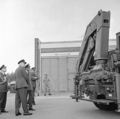 In zijn funktie van Inspecteur-Generaal van de Koninklijke Luchtmacht bezocht Z.K.H. Prins Bernhard de 12e Groep Geleide Wapens (12GGW) om zich op de hoogte te stellen van           de stand van zaken na de recente reorganisatie van de NIKE-eenheden. In de briefing-room op het Willem Versteegh Kamp te Hesepe gaf kolonel-vlieger-waarnemer R.A. Hengsdijk, commandant 12           GGW de prins een uitgebreid exposé over de huidige situatie en de toekomstige ontwikkelingen.Op de foto: de prins neemt een kijkje bij de aktiviteiten van de Logistieke Dienst           zoals een demonstratie met een nieuwe Meiler-kraan.