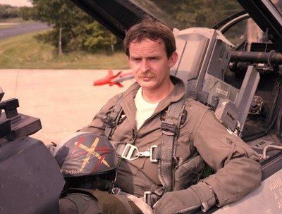 Kapitein-vlieger H.J.L. (Henri) Schevers, (geboren in 1954) in de cockpit van een F-16. Demo-vlieger in 1987 en 1988 bij het F-16 solo display team van 312           squadron.