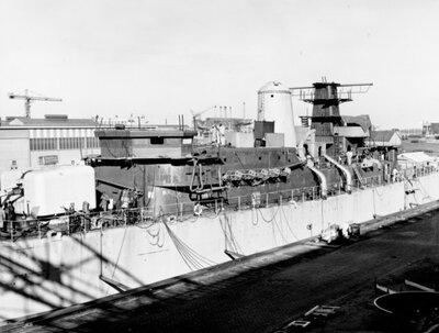 Aanbouw van de Van Speijk-klasse fregatten Hr.Ms. <i>Evertsen</i>(bouwnummer 321), Hr.Ms. <i>Van Nes</i>(bouwnummer 322) en           Hr.Ms. <i>Van Galen</i>(bouwnummer 328) op de werf van de Koninklijke Maatschappij De Schelde over de periode 1965-1968.Bouwnummer 321 in het bouwdok. Een           groot aantal scheepsonderdelen zijn aangebracht.<br>