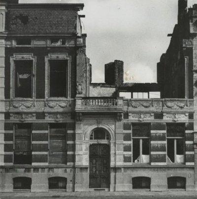 Het pand aan de Laan Copes van Cattenburg 23 (later Van Karnebeeklaan 23), voormalig onderkomen van het Krijgsgeschiedkundig Archief, na het bombardement op villa Kleykamp           op 11 april 1944.