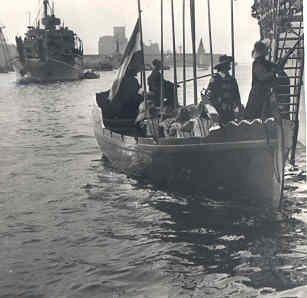 Vlootschouw te Amsterdam op 26 juni 1953. 'Admiraal De Ruyter' bezoekt de verzamelde oorlogsbodems.