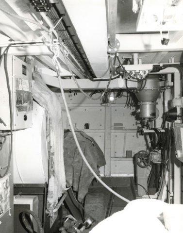 Aanbouw van de Van Speijk-klasse fregatten Hr.Ms <i>Tjerk Hiddes</i>(bouwnummer 518) en Hr.Ms. <i>Isaac Sweers</i>(bouwnummer           519) bij de Nederlandsche Dok en Scheepsbouw Maatschappij (NDSM).<br>De Hr.Ms. <i>Isaac Sweers</i> in afbouw.Wasserij-ruimte H-dek, waarin de nevelinstallatie is           aangebracht.<br>