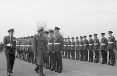 Z.K.H. Prins Bernhard, Inspecteur-Generaal van de Koninklijke Luchtmacht bracht op 10 maart 1959 een bezoek aan de vliegbasis Eindhoven waar hij in een door hem zelf           gevlogen T-33 arriveerde. De prins bezocht diverse onderdelen en diensten van de basis. Bezocht werden 314 en 315 squadron en na aldaar een demonstratie van ATO-starts en een scramble van           tweemaal 6 F-84F's te hebben bijgewoond, vervolgens de verschillende andere afdelingen.Eveneens bracht de prins een bezoek aan het kamp waar het op de vliegbasis Eindhoven           gelegerde personeel van de Britse Royal Air Force is gehuisvest. Op de foto: de prins inspecteert de opgestelde erewacht van de RAF.