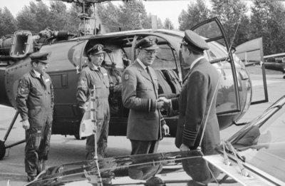 In zijn funktie van Inspecteur-Generaal van de Koninklijke Luchtmacht bezocht Z.K.H. Prins Bernhard de 12e Groep Geleide Wapens (12GGW) om zich op de hoogte te stellen van           de stand van zaken na de recente reorganisatie van de NIKE-eenheden. In de briefing-room op het Willem Versteegh Kamp te Hesepe gaf kolonel-vlieger-waarnemer R.A. Hengsdijk, commandant 12           GGW de prins een uitgebreid exposé over de huidige situatie en de toekomstige ontwikkelingen.Op de foto: Aankomst van de prins met zijn gezelschap per Alouette III helikopter waar           hij wordt begroet door de commandant van 12 GGW, kolonel-vlieger-waarnemer Hengsdijk.